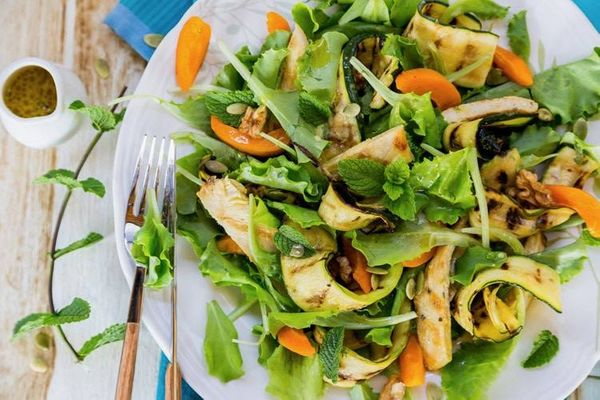 Ensalada de pollo, zucchinis y berro