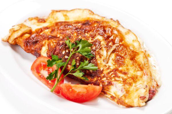 Tortillas con chorizo y queso envueltas en huevo