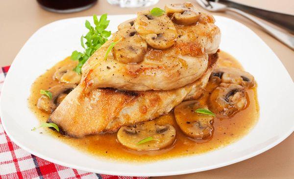 Pollo y hongos al ajillo