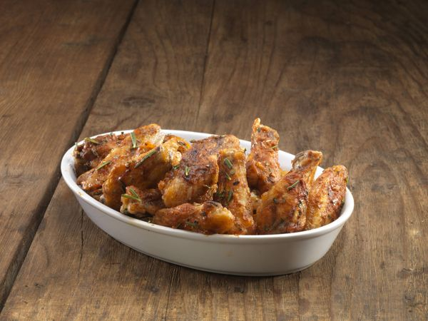Pollo con piña, tocino, y cebolla