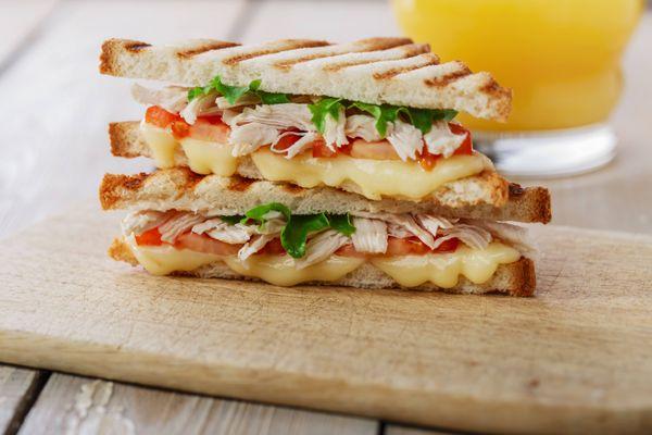 Sandwich de pollo con queso