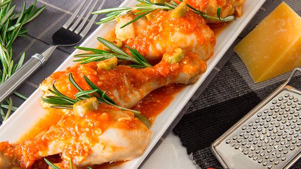 Pollo en Perniles con Salsa Parmesana y Salsa de Tomate Fruco