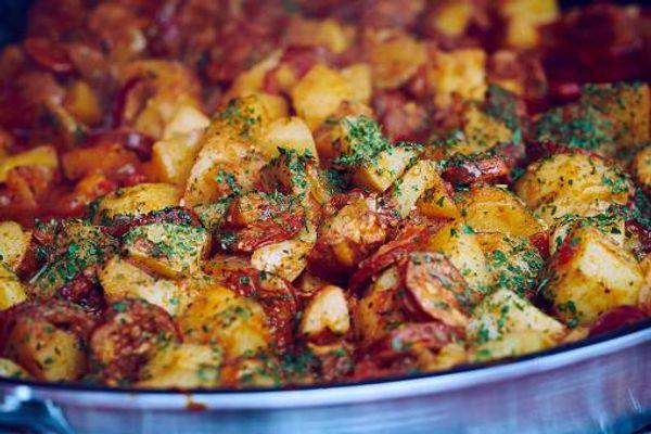 Patatas Bravas con chorizo Fruco