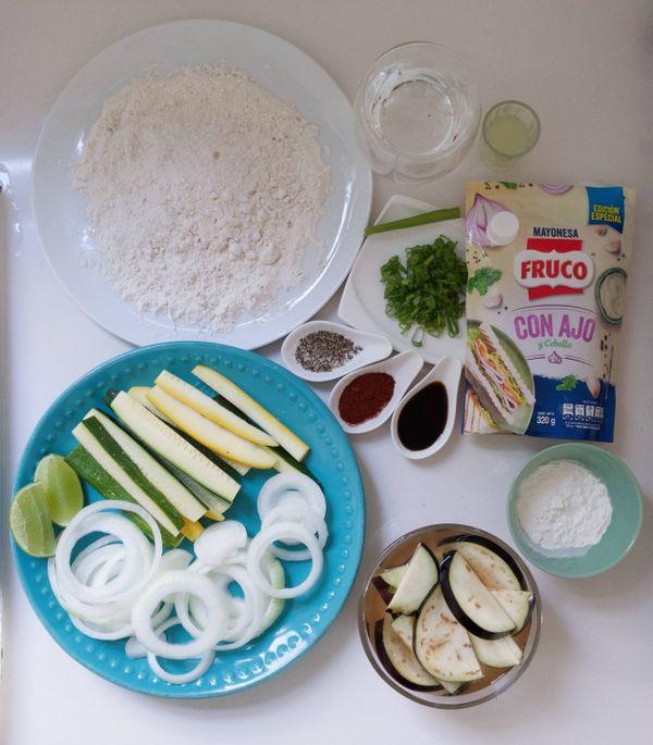 Berenjenas, cebollas y zucchini tempura con Mayoajo y paprika Fruco