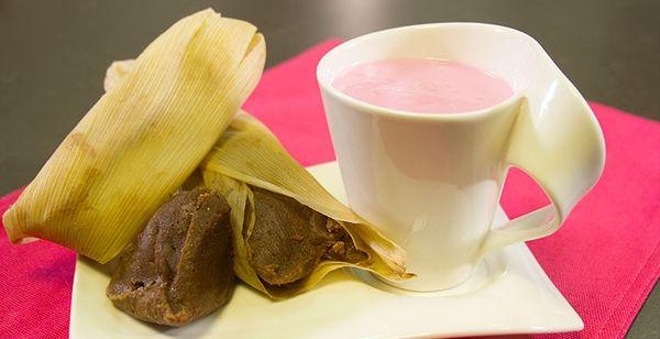 Atole de Fresa con Tamales de Chocolate