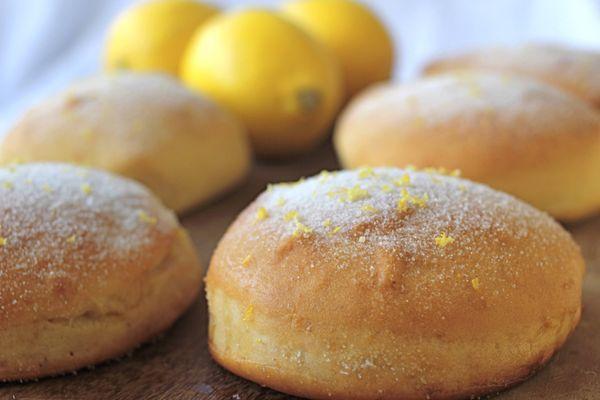 Donuts de limão siciliano com creme de confeiteiro