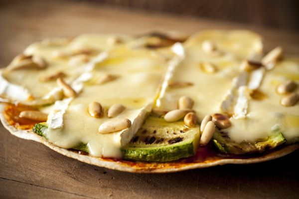Pizza de frigideira de brie com abobrinha
