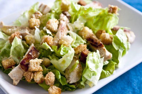Salada verde com frango e vinagrete de mostarda