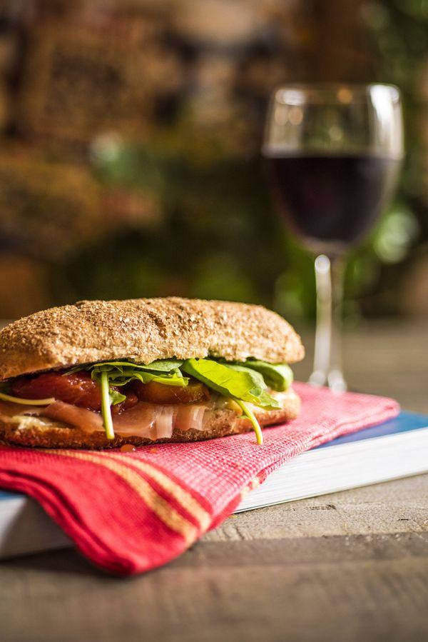 Sanduíche de presunto cru com queijo estepe e tomate cereja assado