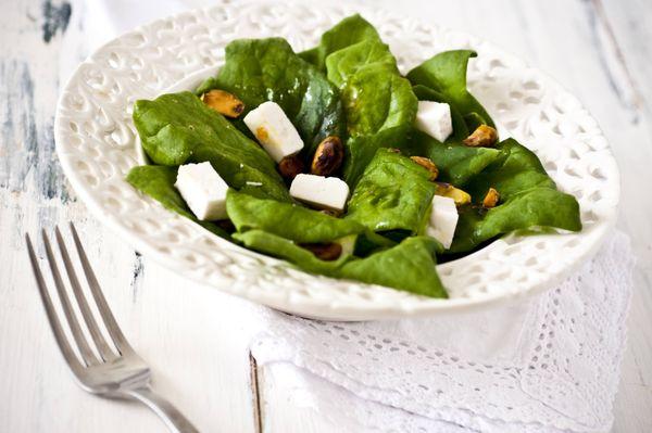Salada de espinafre com pistache e queijo branco
