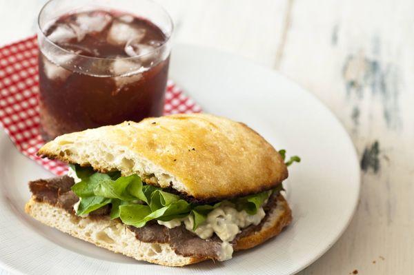 Sanduíche de rosbife, roquefort e rúcula