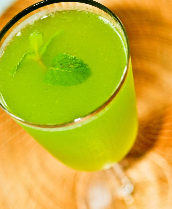 Suco de limão, hortelã e água de flor de laranjeira