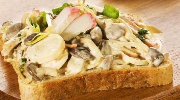 Sanduiche aberto de kani com broto de feijão