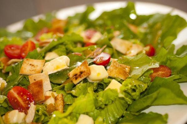 Salada verde com queijo brie, croutons e molho de mostarda e limão
