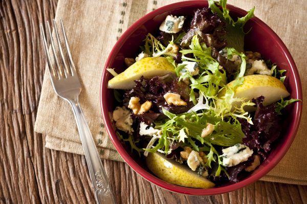 Salada verde com pera, nozes e molho de mostarda e mel