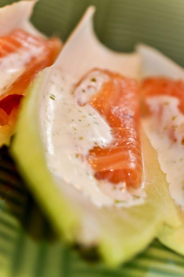 Endívias com salmão defumado e molho de dill