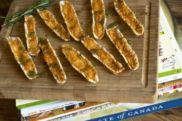 Canoinhas de tapioca com queijo e mel