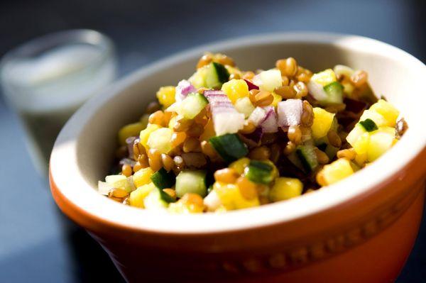 Salada de trigo em grão com manga, pepino e molho cremoso de dill