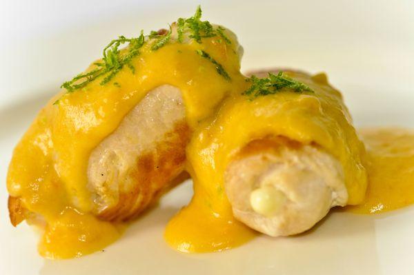 Filé de frango recheado com queijo minas e molho de cenoura