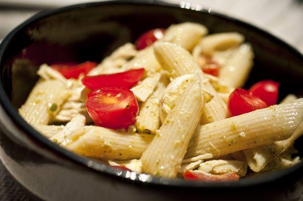 Salada de penne com frango e molho pesto