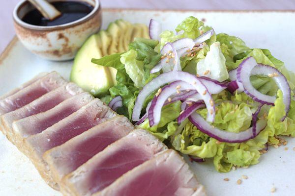 Atum tataki com salada oriental