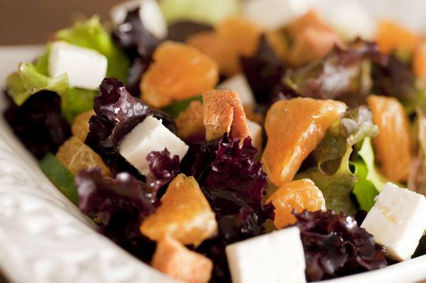 Salada verde com mexerica, ricota e croutons