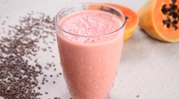 Shake de morango, mamão e linhaça
