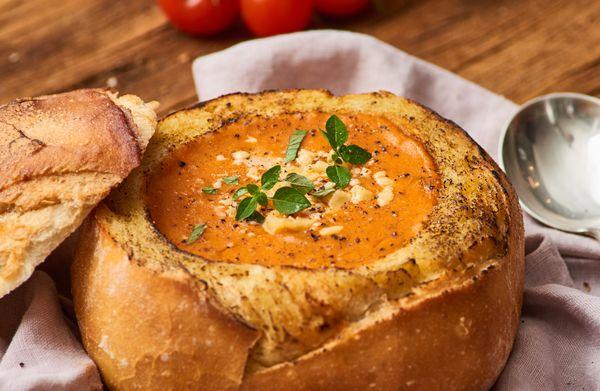 Sopa De Tomate Dentro Do Pão