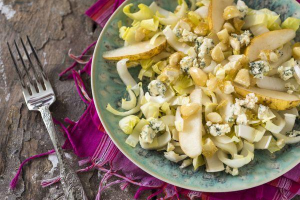 Salada de endívia, pera, gorgonzola e amêndoas caramelizadas