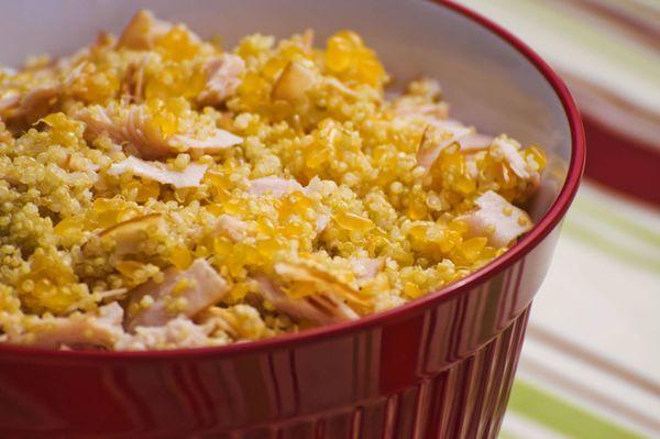 Salada de quinoa com peito de peru, manjericão e molho de tangerina