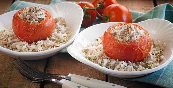 Tomate recheado com arroz e atum