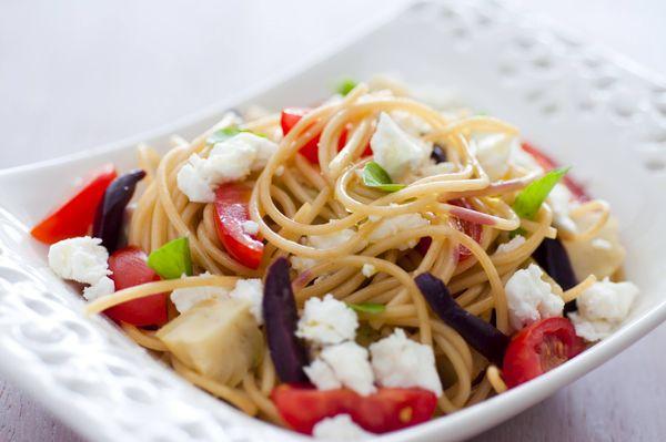 Espaguete com alcachofra, tomate, azeitona e queijo branco