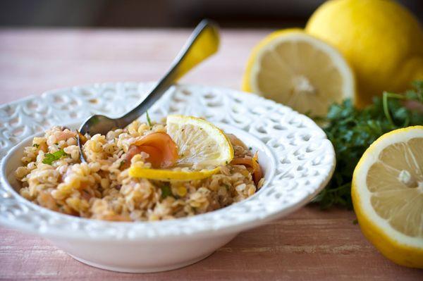 Salada de lentilha com salmão defumado e molho cítrico