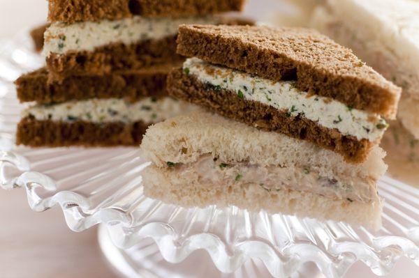 Sanduíches recheados no pão de miga
