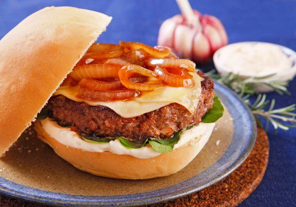 Hambúrguer Caseiro de Picanha e Bacon Com Cebolas Caramelizadas