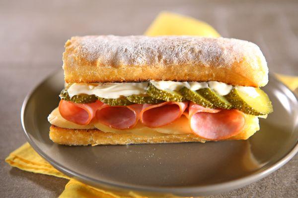 Sanduíche de Lombo Canadense e Provolone