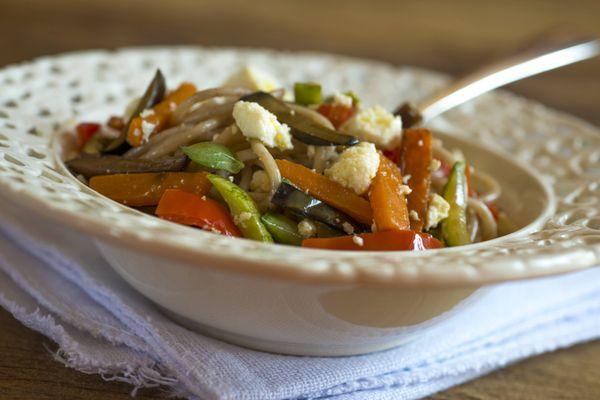 Espaguete com legumes grelhados