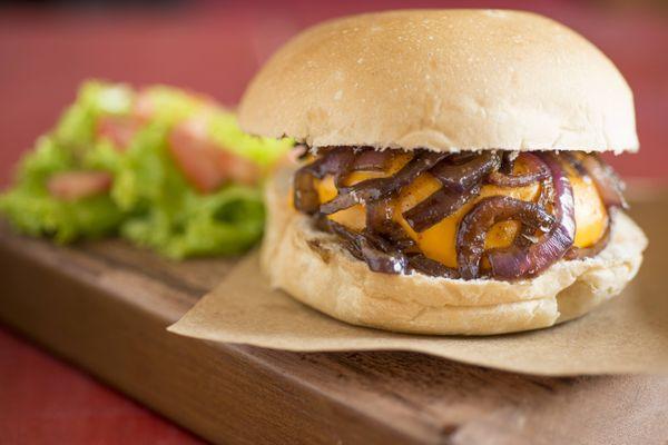 Hambúrguer caseiro com cheddar e cebolas caramelizadas