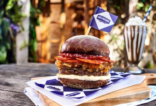 Hambúrguer com Cebola Caramelizada e Pepperone
