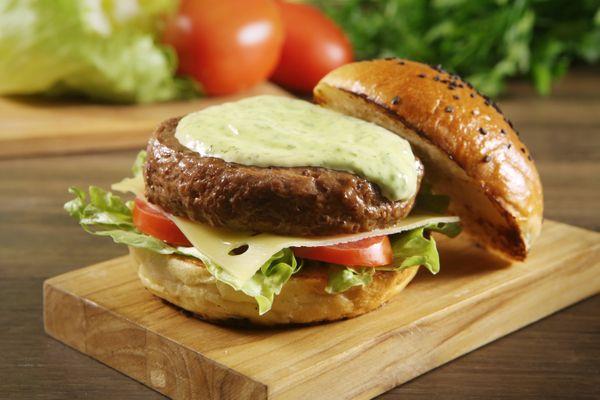 Hambúrguer com Maionese Verde