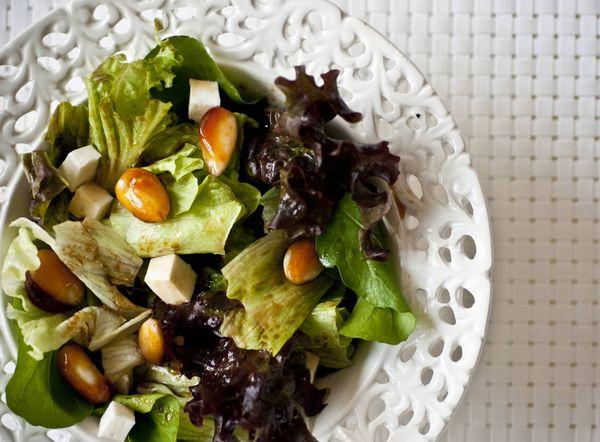 Salada verde com queijo branco e amêndoas caramelizadas