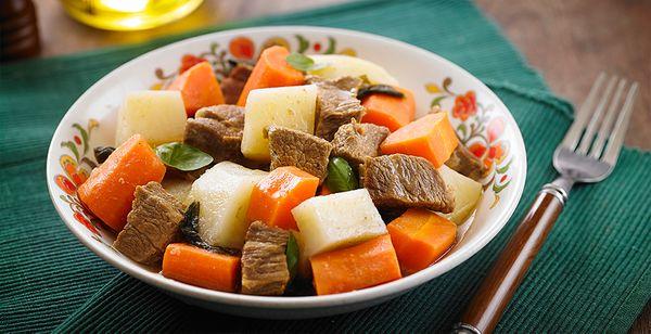 Carne de panela com manjericão e batatas
