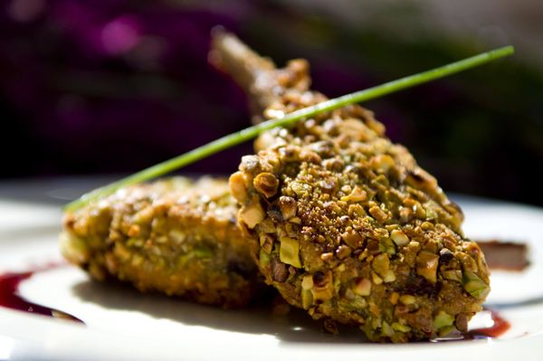 Costeleta de cordeiro com crosta de pistache