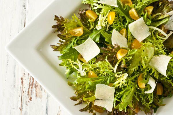 Salada verde com tomatinhos e lascas de parmesão
