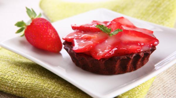 Tortinha de chocolate com creme de morango
