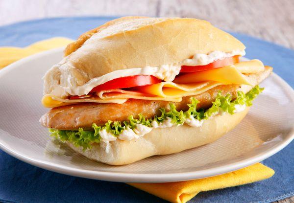 Sanduíche de Filé de Frango com Queijo e Salada