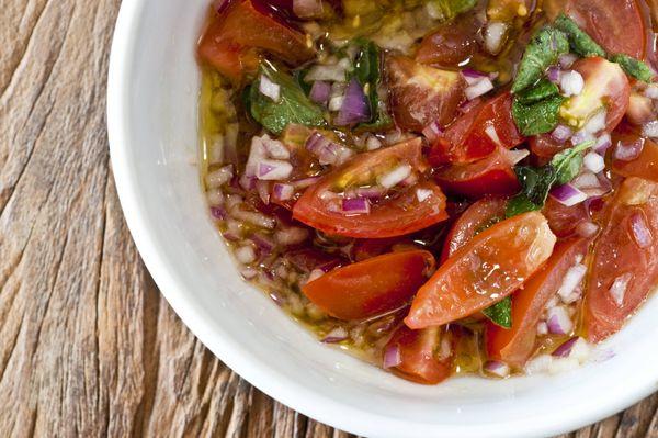 Vinagrete com tomatinho, cebola roxa e manjericão