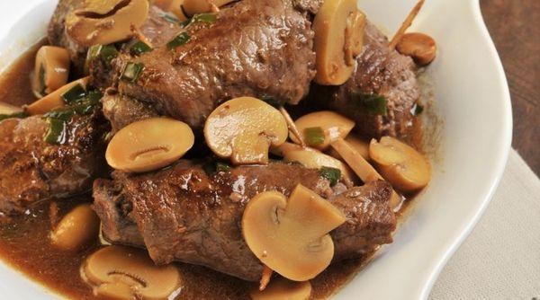 Rolê de carne com cogumelo e cebolinha