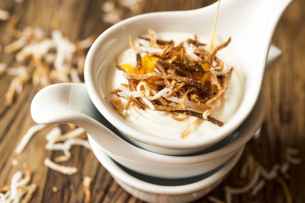 Iogurte com coco queimado e calda de gengibre