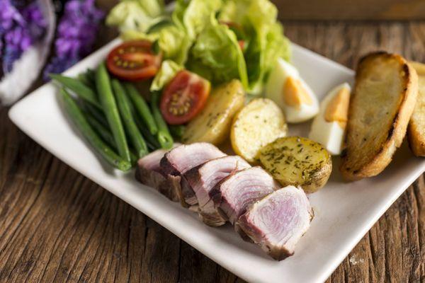 Salada Niçoise com atum fresco